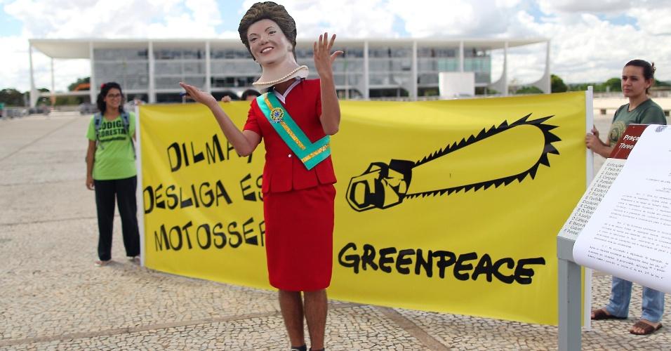 24.mai.2012 - Homem vestido de Dilma Rousseff participa de protesto do Greenpeace para pedir que a presidente vete o Código Florestal, em frente ao Palácio do Planalto, em Brasília