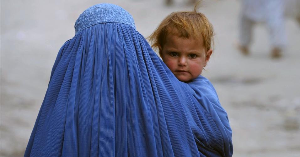24.mai.2012 - Mulher carrega criança nesta quinta-feira (24), por Cabul, no Afeganistão