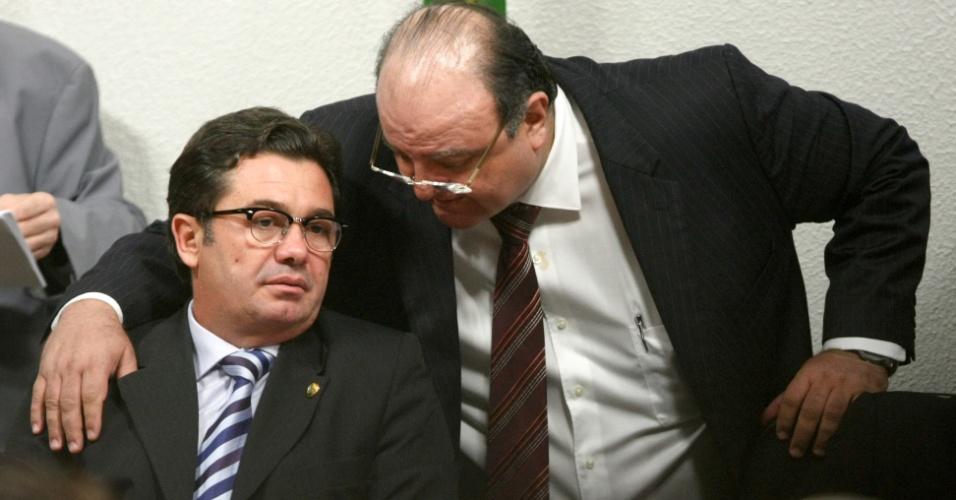 24.mai.2012 - O presidente da CPI do Cachoeira, senador Vital do Rego (PMDB-PB), sentado, conversa com o deputado Cândido Vaccarezza (PT-SP), durante o depoimento do ex-vereador de Goiânia Wladimir Garcez