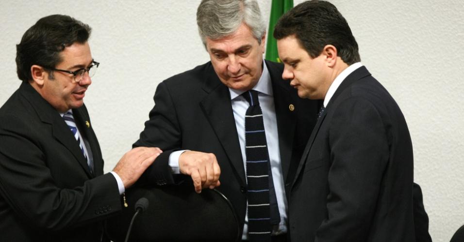 24.mai.2012 - O senador Vital do Rego (PMDB-PB), presidente da CPI, o senador Fernando Collor (PTB-AL) e o deputado Odair Cunha (PT-MG), relator da CPI, conversam durante depoimento do ex-vereador de Goiânia Wladimir Garcez