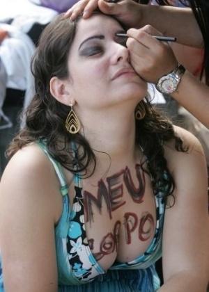 2.jul.2011 - Manifestante se maquia durante a versão carioca da Marcha das Vadias. O movimento começou no Canadá e já foi reproduzido em mais de dez cidades americanas e outros 19 países. Trata-se de modo de protestar contra o pensamento de que vítimas de violência sexual podem ser as principais responsáveis por esses crimes