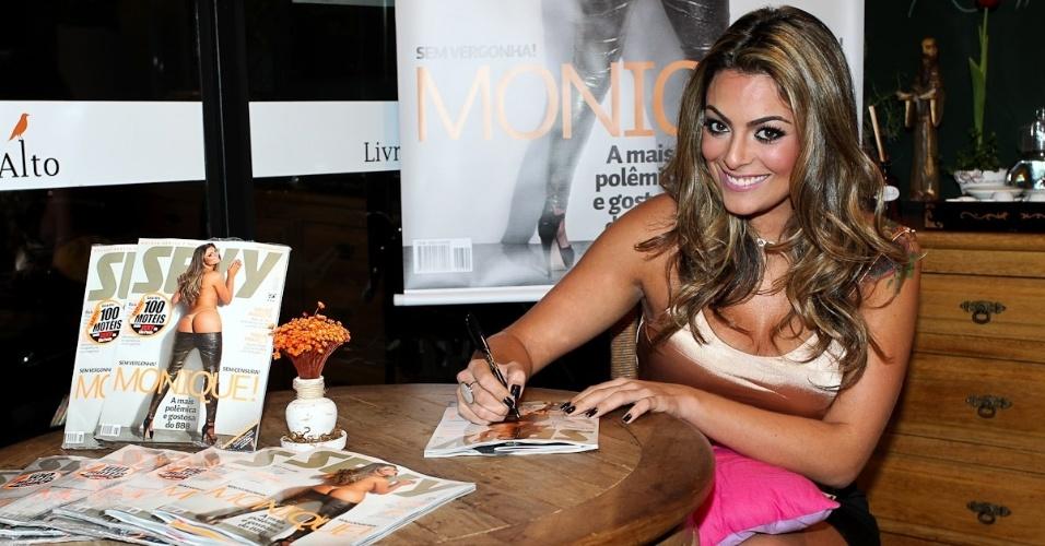 A ex-BBB Monique Amin autografa o ensaio que fez para a revista