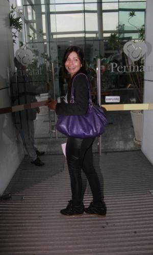 Ana Lima visita Sofia, filha de Grazi Massafera e Cauã Reymond, em maternidade no Rio (24/5/12). A menina nasceu na noite desta quarta