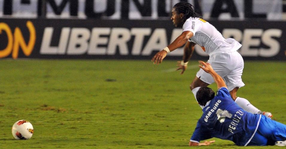 Arouca passa pela marcação de jogador do Vélez Sarsfield durante o primeiro tempo do duelo na Vila