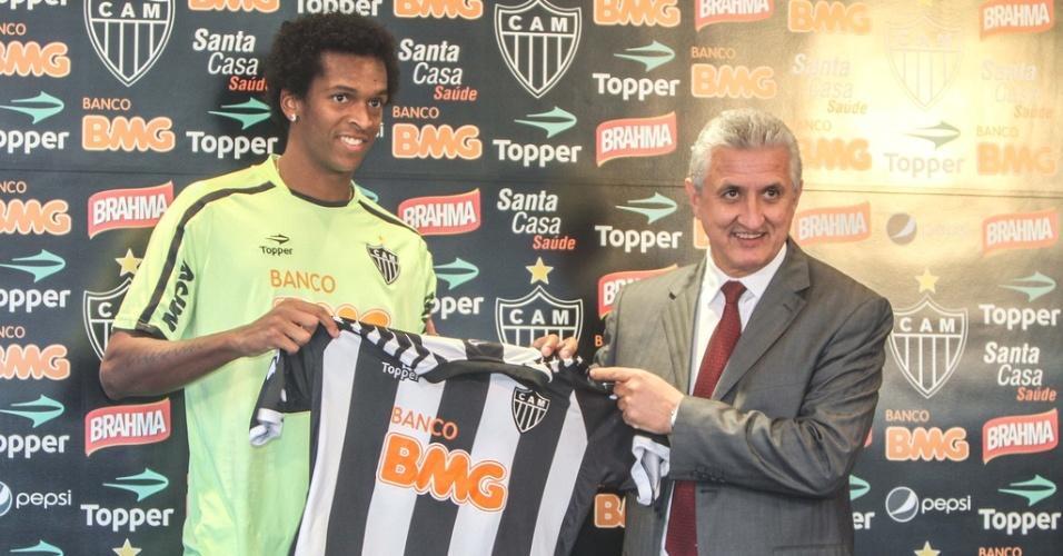 Atacante Jô é apresentado pelo Atlético-MG ao lado do diretor de futebol, Eduardo Maluf (23/5/2012)