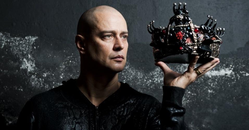 Careca, o ator Marcelo Anthony posa com coroa de Macbeth, personagem de Shakespeare que interpreta em espetáculo de Gabriel Vilela