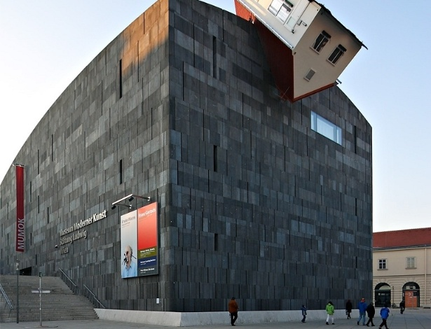 Casa de ponta-cabeça e que quase não oferece nenhum risco pra moçada lá de baixo em Viena, na Áustria