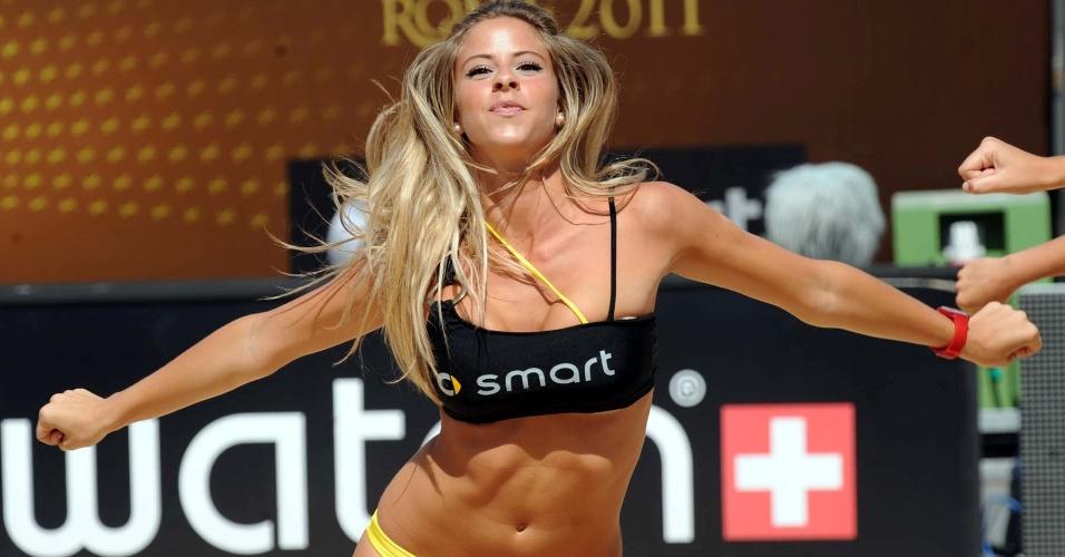 Cheerleader anima intervalo da partida da Etapa de Roma do Circuito Mundial
