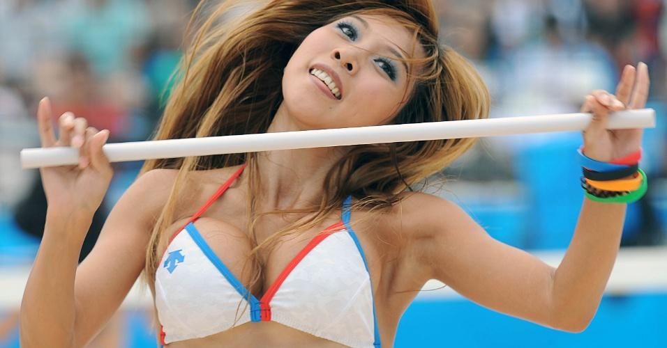 Cheerleader mostra toda a beleza oriental durante intervalo de partida dos Jogos Olímpicos de Pequim