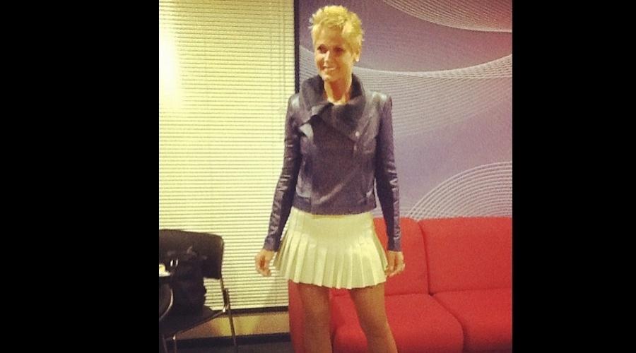 """De minissaia, Xuxa grava o programa """"TV Xuxa"""" (24/5/12)"""
