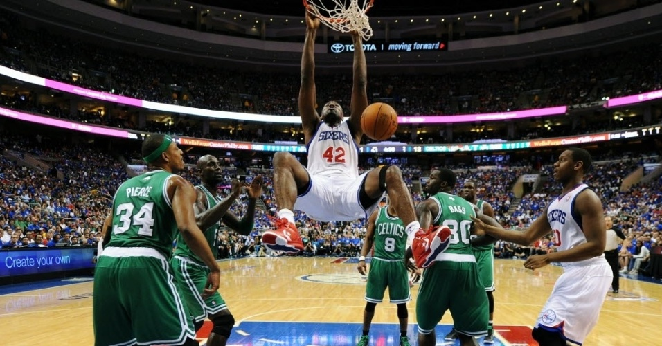 Elton Brand, do Philadelphia 76ers, consegue a enterrada no duelo contra o Boston Celtics
