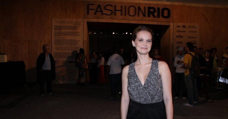 Fernanda Rodrigues confere o terceiro dia de desfiles do Fashion Rio (24/5/12). O evento de moda acontece no Jockey Club, zona sul do Rio