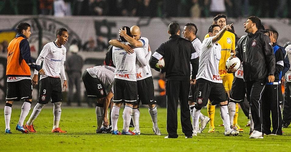 Jogadores do Corinthians se abraçam e festejam a classificação da equipe às semifinais da Libertadores