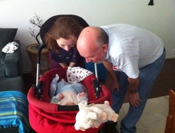 Luana Piovani publica foto dos pais paparicando Dom (24/5/12)