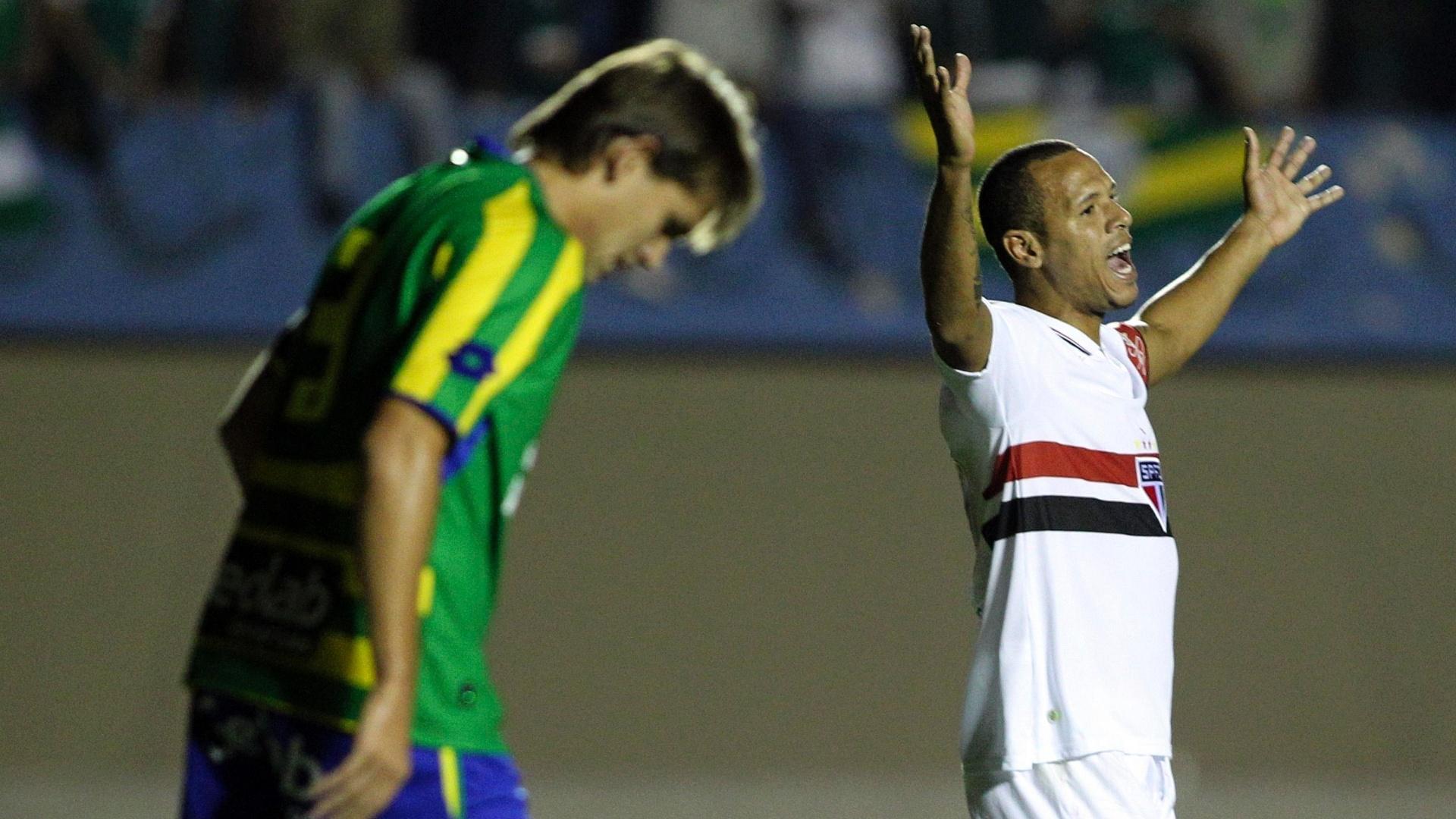 Luis Fabiano comemora um dos gols do São Paulo no empate por 2 a 2 com o Goiás no estádio Serra Dourada