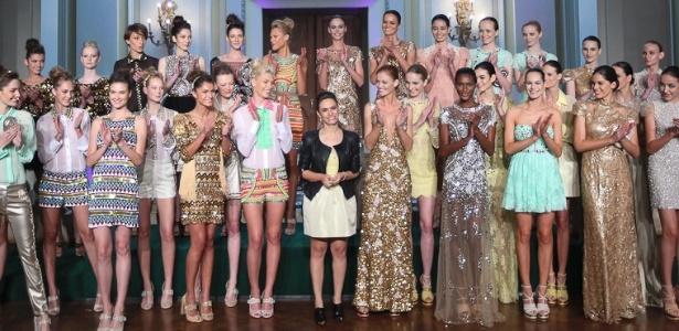 A estilista Patrícia Bonaldi recebe os aplausos do público e das modelos ao fim do seu desfile no Copacabana Palace (24/05/2012) - Divulgação