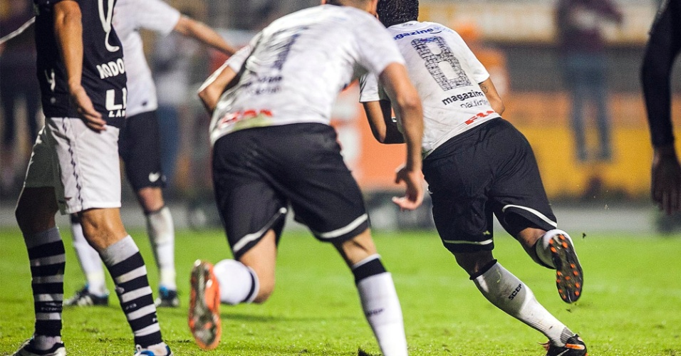 Paulinho corre para comemorar o gol marcado na vitória do Corinthians por 1 a 0 sobre o Vasco