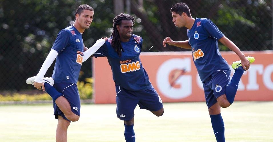 Tinga faz trabalho físico no Cruzeiro entre Anselmo Ramon e Willian Magrão (22/5/2012)