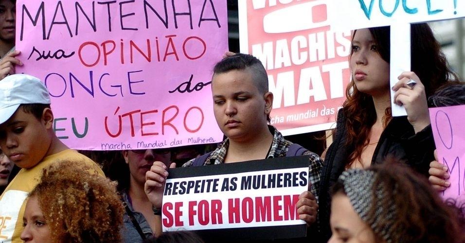 11.jun.2011 - Manifestante pede respeito às mulheres durante Marcha das Vadias, evento pelo respeito às mulheres, em Recife. Cerca de 200 pessoas deixaram a praça do Derby, área central do Recife, e percorreram a avenida Conde da Boa Vista