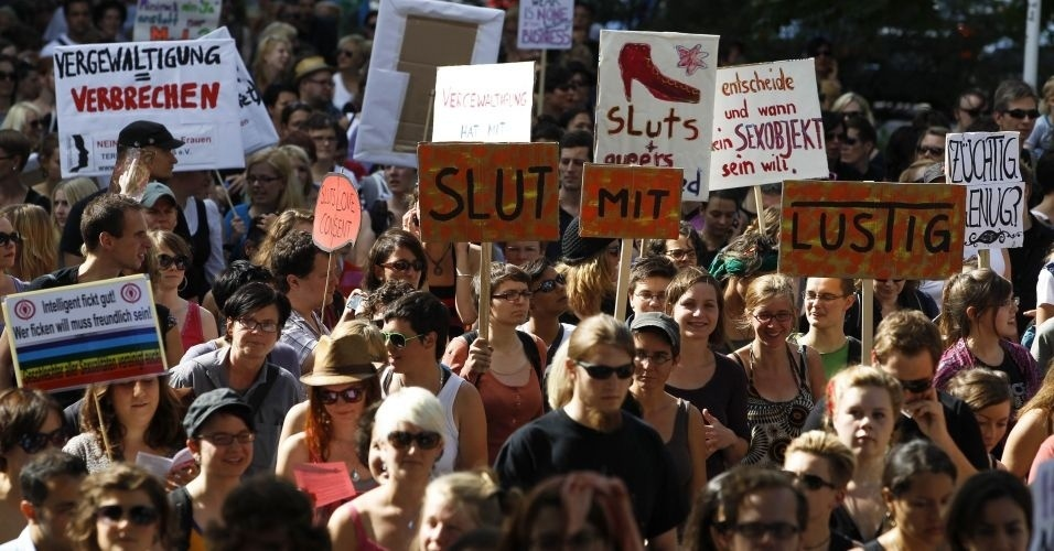 13.ago.2011 - Comício do SlutWalk reúne centenas de pessoas em Berlim (Alemanha), em protesto contra o abuso sexual de mulheres e a desigualdade de gênero. A intenção é criticar o costume de culpar a vítima pelo estupro