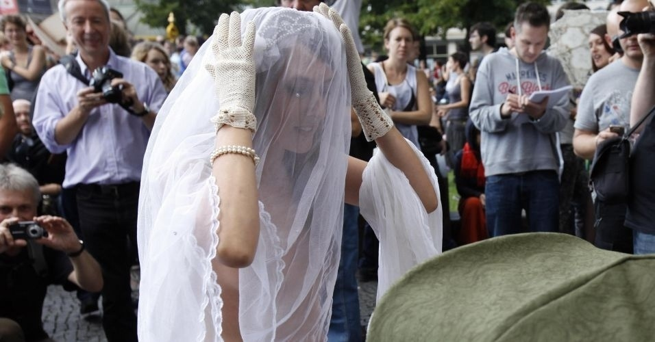 13.ago.2011 - Manifestante participa do comício do SlutWalk em Berlim (Alemanha) apenas de véu de noiva. O evento, que atrai milhares de pessoas em várias cidades do mundo, é uma forma de protesto contra o abuso sexual de mulheres e a desigualdade de gênero. A intenção é criticar o costume de culpar a vítima pelo estupro