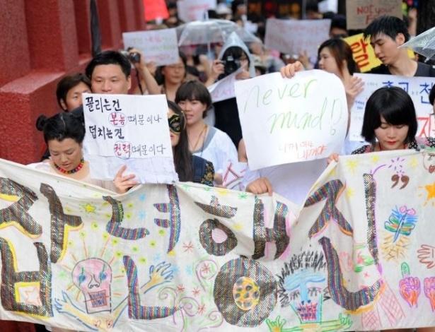 16.jun.2011 - Dezenas de sul-coreanas participaram da Marcha das Vadias, em Seul. O movimento reivindica que as mulheres possam se vestir e agir como quiserem, sem serem reprimidas por sua sexualidade