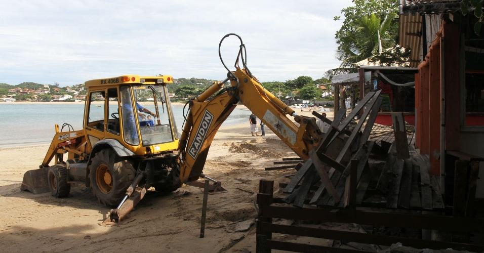 25.mai.2012 - A Prefeitura de Búzios (RJ) deu início, nesta sexta-feira, à demolição do primeiro quiosque da praia da Ferradura