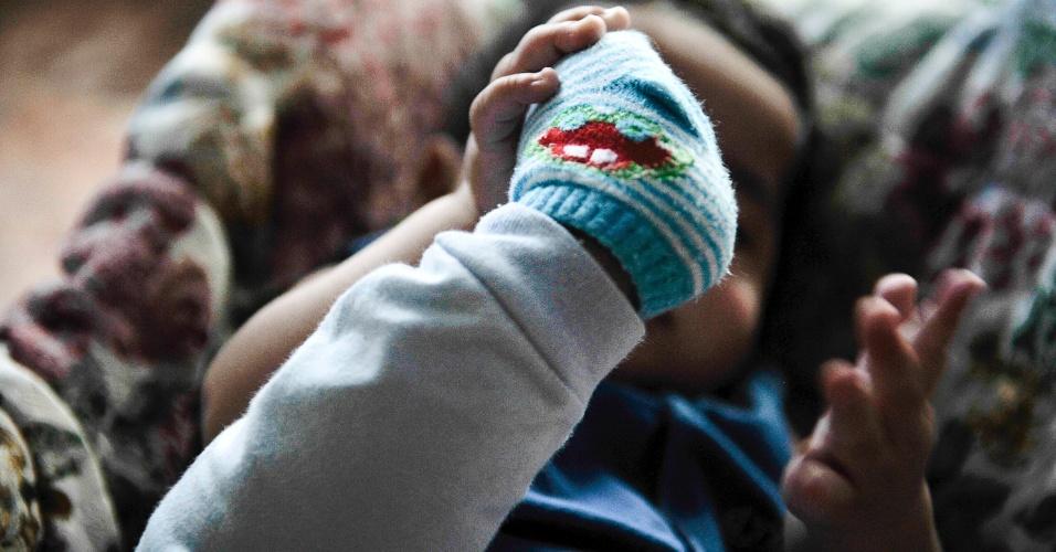 25.mai.2012 - Bebê acolhido pelo Lar da Criança Padre Cícero, instituição que cuida mais de 20 crianças e adolescentes, em Brasília. Poucos estão habilitados para adoção