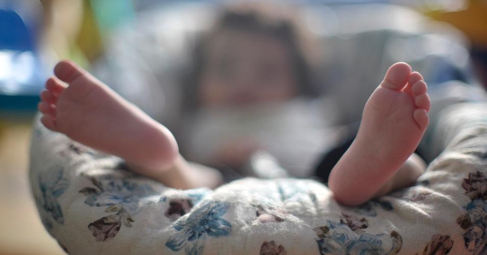 25.mai.2012 - Bebê descansa no Lar da Criança Padre Cícero, instituição que acolhe mais de 20 crianças e adolescentes, em Brasília. Poucos estão habilitados para adoção