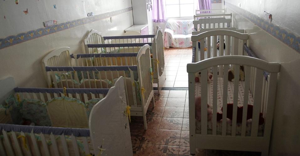 25.mai.2012 - Berçário do Lar da Criança Pade Cícero, instituição que acolhe mais de 20 crianças e adolescentes, em Brasília. Poucos estão habilitados para adoção