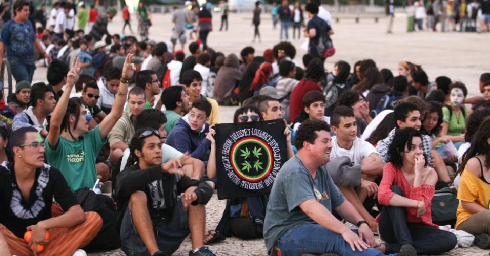 25.mai.2012 - Brasilienses se reúnem na praça dos Três Poderes, em Brasília, nesta sexta-feira, para pedirem a legalização da maconha