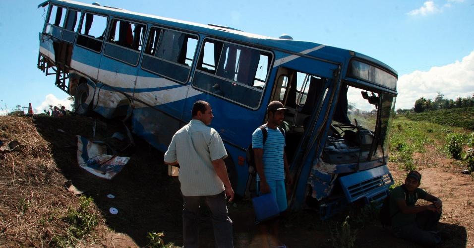 25.mai.2012 - Pessoas observam estragos de engavetamento entre cinco ônibus e um caminhão cegonha, ocorrido na rodovia BR-101 (km 816), próximo à cidade Itamaraju (a 743 km de Salvador). O acidente deixou ao menos seis mortos e outros 215 feridos, na manhã desta sexta-feira (25)