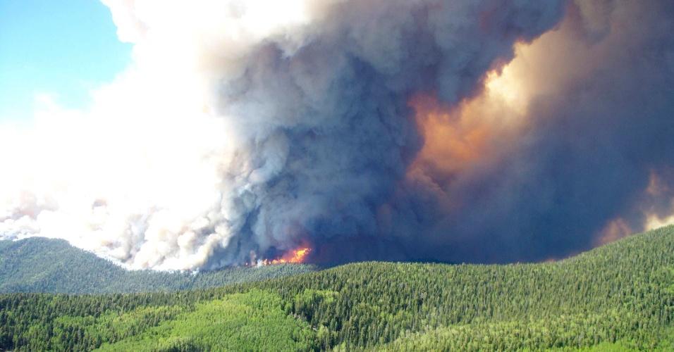 25.mai.2012 - Fumaça sobe de incêndio florestal em larga escala no Estado americano de Novo México