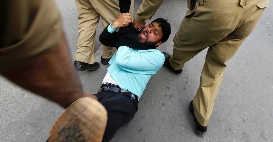 25.mai.2012 - Funcionário do governo é detido pela polícia indiana durante protesto na cidade de Srinagar,  nesta sexta-feira (25). Os manifestantes tentaram invadir o escritório da secretaria civil para pedir melhorias em direitos trabalhistas