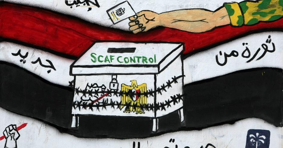 """25.mai.2012 - Grafite em muro na praça Tahrir, no Cairo, diz """"Revolução mais uma vez"""", em alusão ao suposto controle das eleições presidenciais pela Junta Militar"""