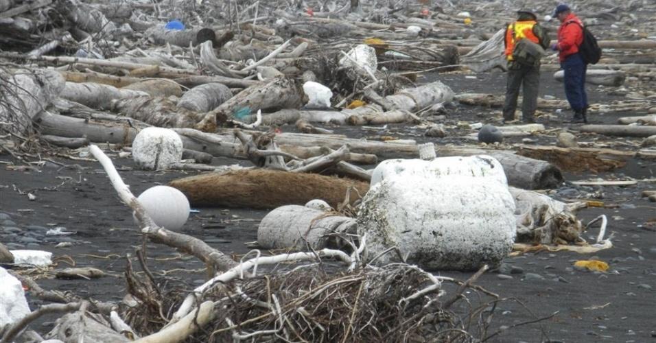 25.mai.2012 - Guarda Costeira e funcionários do governo americano examina lixo produzido por tsunami japonês de 2011 que o mar acabou trazendo para a Ilha Montague, no Alasca (EUA)