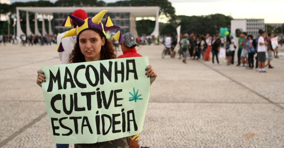 25.mai.2012 - Manifestante pede a legalização da maconha durante marcha realizada nesta sexta-feira, na praça dos Três Poderes, em Brasília.Em 2011, o evento foi proibido e virou Marcha da Pamonha. No mesmo ano, o STF se pronunciou pela legalidade da manifestação por considerar que todos têm direito à liberdade de expressão