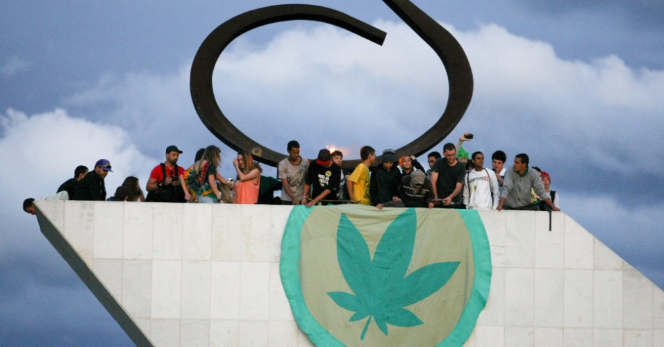 25.mai.2012 - Manifestantes ocupam o Panteão da Pátria, em Brasília, durante Marcha da Maconha realizada nesta sexta-feira. O movimento pede a legalização da droga