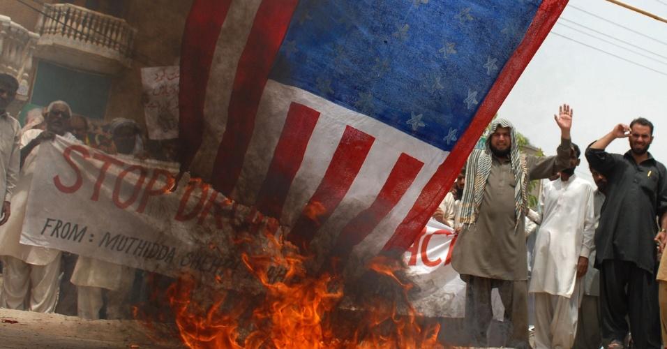 25.mai.2012 - Manifestantes paquistaneses queimam bandeira dos Estados Unidos nesta sexta-feira (25), em Multan, no Paquistão, em protesto contra ataques norte-americanos no cinturão tribal do país