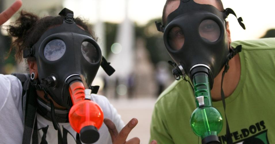 25.mai.2012 - Manifestantes usam máscara de narguilé durante Marcha da Maconha realizada nesta sexta-feira, na praça dos Três Poderes, em Brasília. O movimento pede a legalização da droga