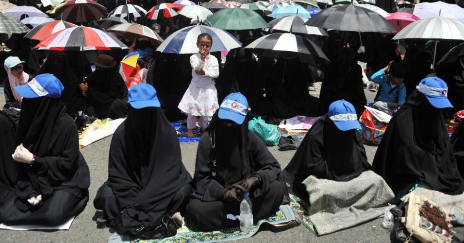 25.mai.2012 - Mulheres iemenitas participam de protesto contra o atentado da última segunda-feira (21), durante ensaio de desfile, que deixou 83 soldados e policiais mortos em Sanaa, capital do Iêmen