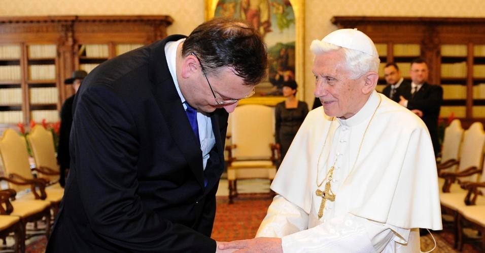 25.mai.2012 - O papa Bento 16 se encontra com o primeiro-ministro da República Tcheca, Petr Necas, nesta sexta-feira (25) durante audiência no Vaticano
