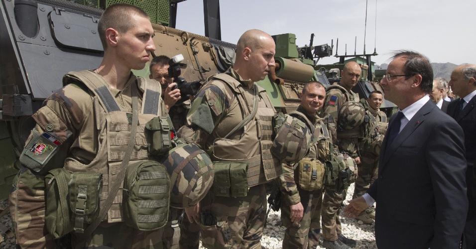 25.mai.2012 - O presidente francês, François Hollande, revista as tropas durante visita a uma base militar em Kapisa, no Afeganistão