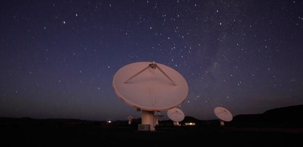 O Square Kilometer Array (SKA), o maior e mais avançado radiotelescópio do planeta, capaz de detectar sinais de vida extraterrestre em lugares distantes. Na imagem, telescópios construídos na Austrália