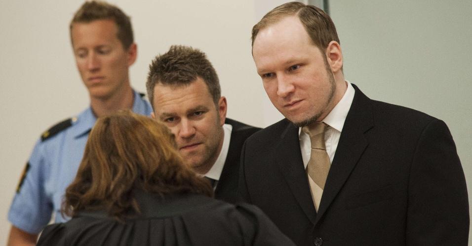 25.mai.2012 - O ultra-direitista Anders Behring Breivik, autor confesso do atentado de 22 de julho de 2011 da Noruega, que deixou 77 mortos, fala durante audiência na corte de Oslo nesta sexta-feira (25), ao lado de seus advogados