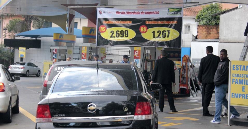 25.mai.2012 - Posto de combustível na av. Sumaré, em Perdizes, zona oeste de São Paulo, está vendendo gasolina sem incluir os valores dos impostos nesta sexta-feira (25), para comemorar o Dia Nacional do Respeito ao Contribuinte. O objetivo é chamar a atenção da sociedade para a alta carga tributária paga no país, em todos os setores do comércio
