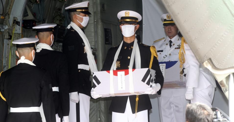 25.mai.2012 - Soldados prestam homenagem a 12 soldados sul-coreanos que morreram na guerra com a Coreia do Norte, entre 1950-1953, durante a chegada à Base Aérea de Seul, em Seongnam, dos restos mortais dos combatentes