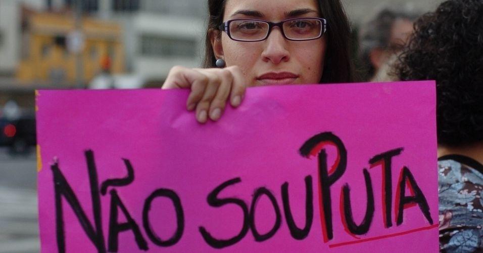4.jun.2011 - Manifestante exibe cartaz durante Marcha das Vadias, na avenida Paulista (zona oeste de São Paulo). O protesto se inspira na 'SlutWalk', manifestação de alunas universitárias em Toronto (Canadá) no último mês de abril. Na ocasião, um policial sugeriu às alunas que não se vestissem como