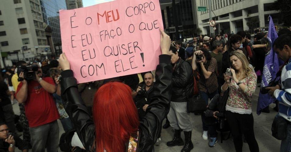 4.jun.2011 - Manifestante exibe cartaz para fotógrafos durante Marcha das Vadias, na avenida Paulista (zona oeste de São Paulo). O protesto se inspira na 'SlutWalk', manifestação de alunas universitárias em Toronto (Canadá) no último mês de abril. Na ocasião, um policial sugeriu às alunas que não se vestissem como