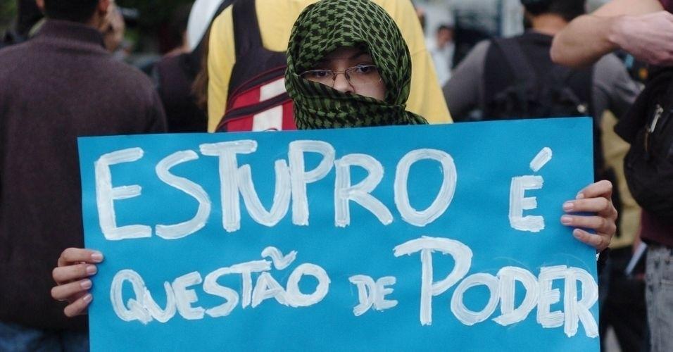 4.jun.2011 - Manifestante usa véu no rosto e diz que